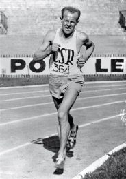 Czech long-distance runner Emil Zatopek (1922 - 2000) in action.   (Photo by Keystone/Getty Images)